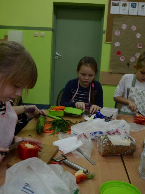 Uczniowie przygotowują kanapki i sałatki