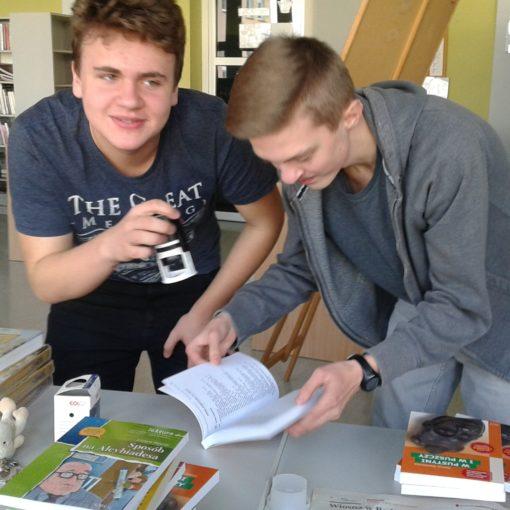 Uczniowie w szkolnej bibliotece