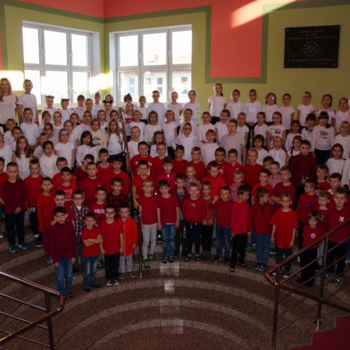 Uczniowie na schodach. Kolory koszulek układają się we flagę Polski.