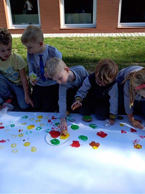 Malujące dzieci na świeżym powietrzu
