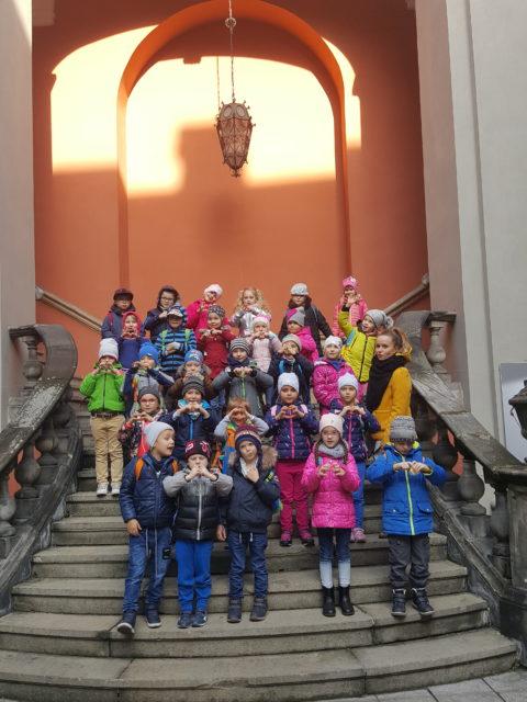 Dzieci pozujące na schodach