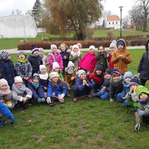 Dzieci pozujące na trawie