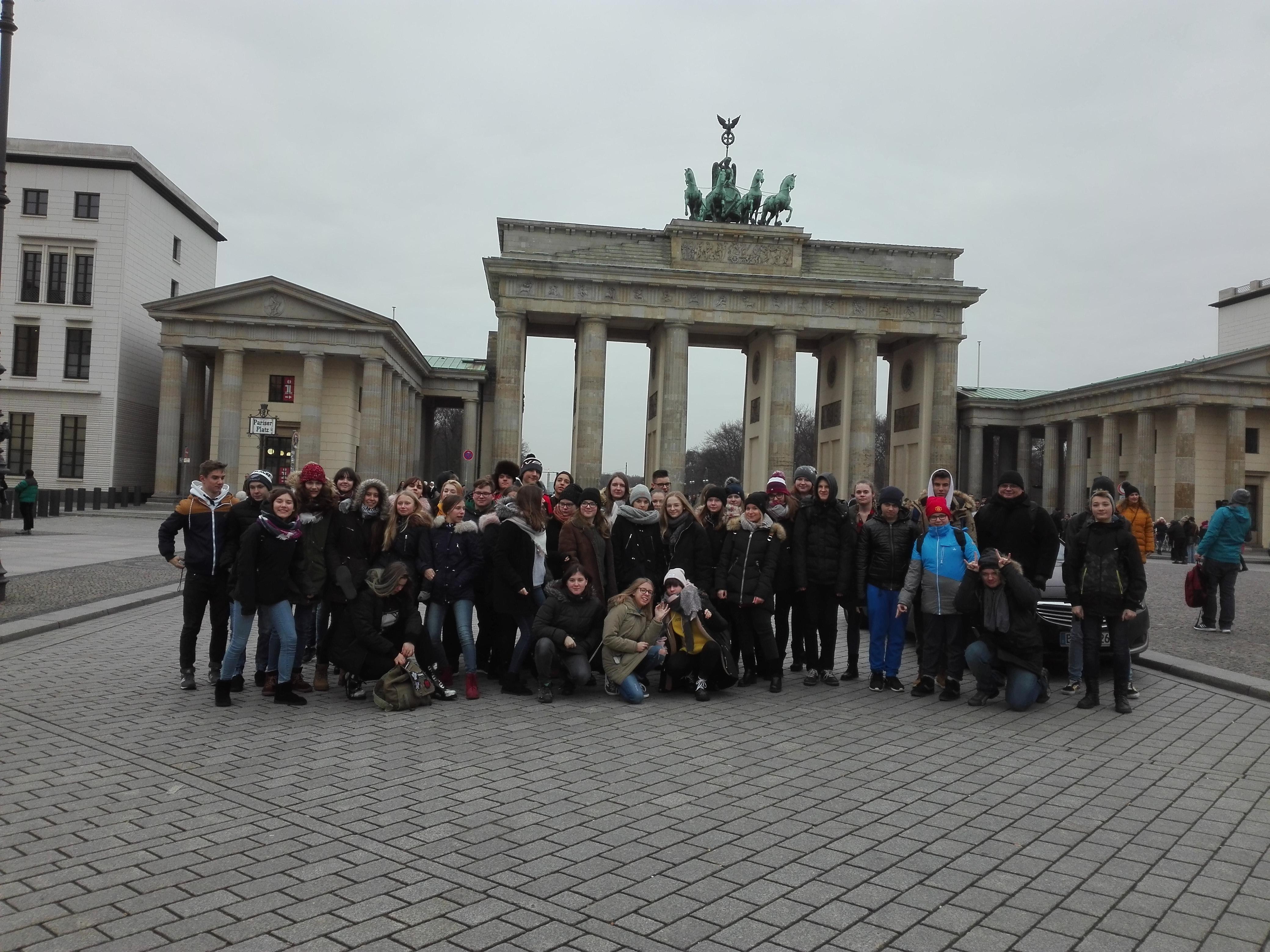 Dzieci pozujące na tle Bramy Brandenburskiej