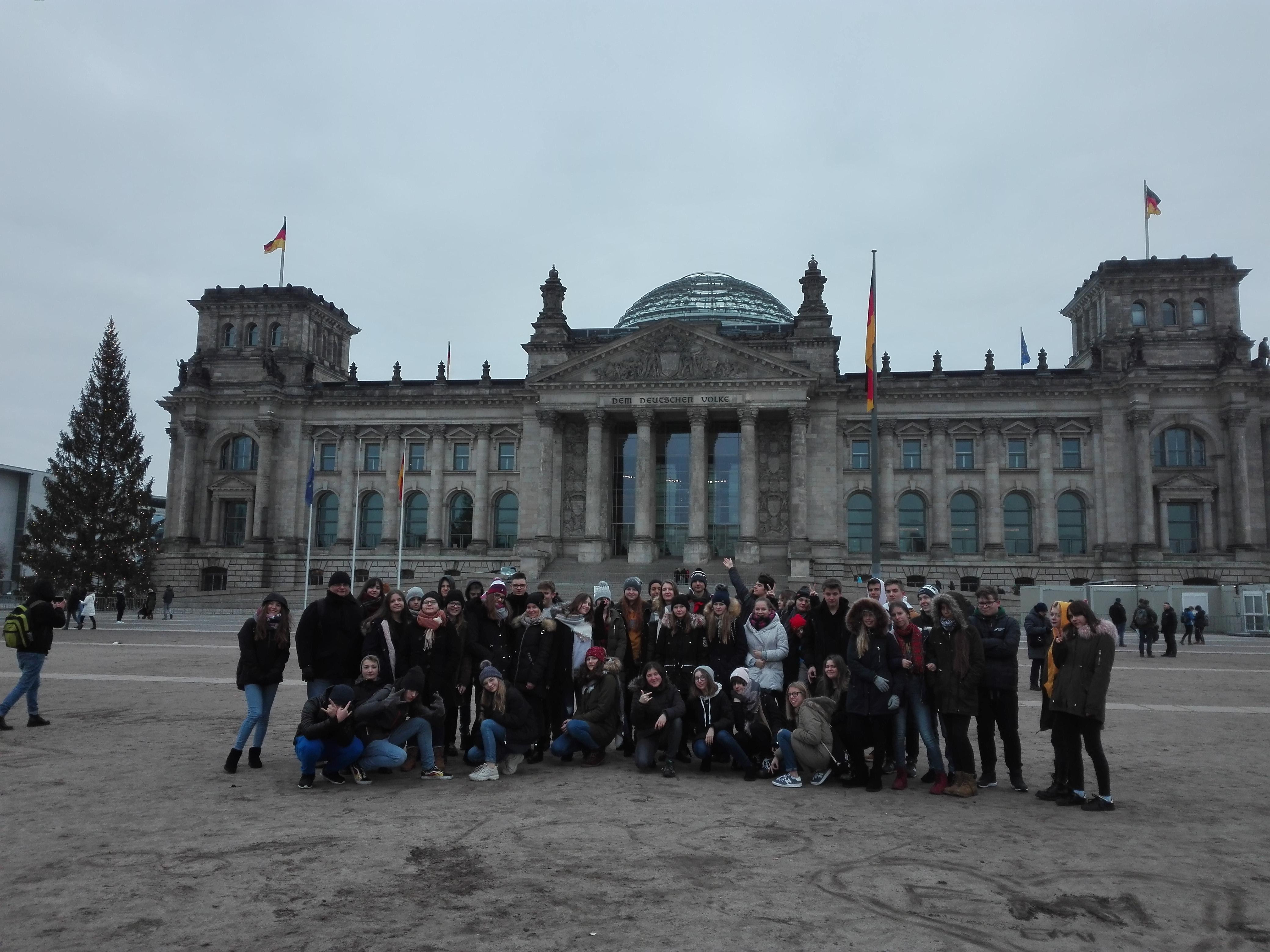 Dzieci pozujące na tle Bundestagu