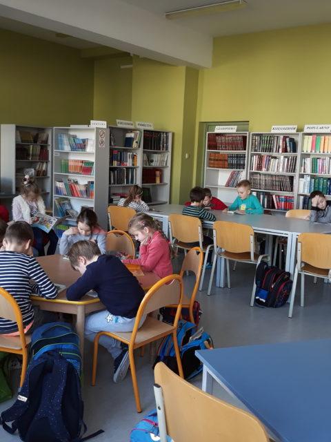 Dzieci w bibliotece szkolnej